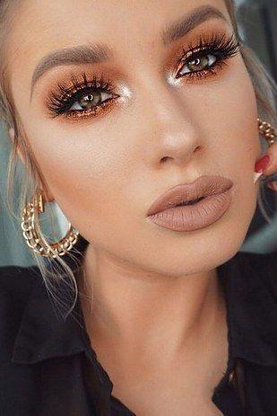 Nieodpowiednio zadbana cera.  Podstawą dobrego makijażu jest zadbanie o naszą skórę. Nawet jeśli zdecydujemy się zakupić kosmetyki z wyższej póki, a nie odpowiednio przygotujemy skórę twarzy do makijażu, efekt nie będzie satysfakcjonujący. Postaw na sprawdzone i dobrze dobrane kosmetyki do oczyszczania twarzy (warto tu również sprawdzić skład, czy nic dodatkowo nie podrażni Twojej skóry).