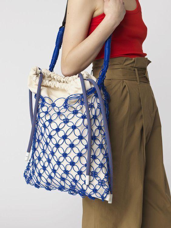 1. Shopper bag: Duża, pojemna torba to must have każdej podróży. Zmieścisz w niej wszystko, czego potrzebujesz, bez względu na to czy wybierasz się na spacer po lesie, czy zjeżdżasz windą do hotelowego basenu. W tym sezonie najmodniejszy shopper bag wykonany jest z uroczej plecionki, najlepiej w żywym, przyciągającym uwagę kolorze!