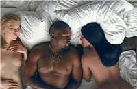 """Żenada? Nagie gwiazdy śpią ze sobą w wielkim łóżku w klipie """"Famous"""" Kanye'ego Westa"""