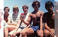 NIESAMOWITE: Ci mężczyźni postanowili odtwarzać to samo zdjęcie przez 35 lat. Jak wyglądają dziś?