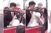 Ale żenada! Pan młody poturbował żonę na ślubie. Tej parze nie wróżymy szczęśliwej przyszłości