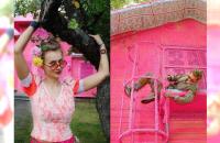 Ponad 100 letni dom w Finlandii opleciony... różową włóczką. Zaskakujący efekt! Wszystko dzięki polskiej artystce