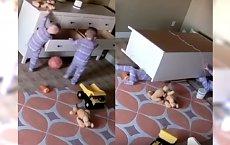 KOMODA PRZEWRÓCIŁA SIĘ na 2-letnie bliźniaki! Jak zareagowały? Musicie to zobaczyć!