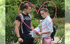 Olga Bołądź i Sebastian Fabijański czytają Kochanowskiego. Nie mógł oderwać od niej wzroku i rąk!