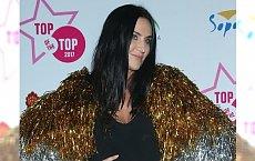 Kayah na festiwalu w Sopocie wystąpiła w złotych piórach. Ale to jej opalone nogi skradły całe show!