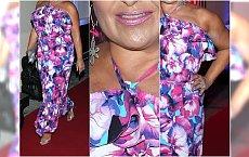 """Plażowa sukienka, róż, mocna opalenizna. Tak """"polska królowa kiczu"""" przyszła na premierę do teatru"""
