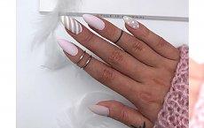 Matowe paznokcie nude i delikatne wzorki. Ten manicure jest hitem sezonu!