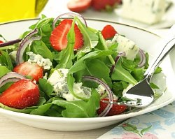 STYLowa kuchnia: sałatka z truskawkami i serem pleśniowym