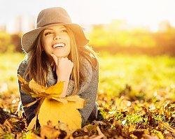 Ożyw swoją jesienną kurtkę! Najmodniejsze dodatki na bure dni