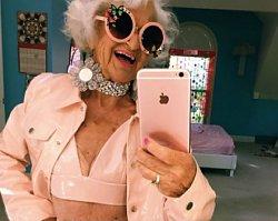 """Fajne czy żałosne? 87-latka odsłania ciało, bawi się modą, imprezuje i pozuje na """"bad girl"""""""