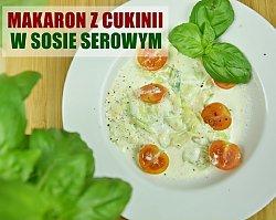 Makaron z cukinii w sosie serowym z pomidorkami