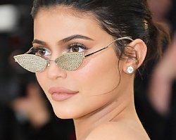 Kylie Jenner na gali MET ukrywa niedoskonałości po ciąży. Udana próba?
