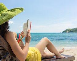 Skoro przed wyjazdem na urlop kompletujemy garderobę, czemu nie zacząć by kompletować biblioteczki?