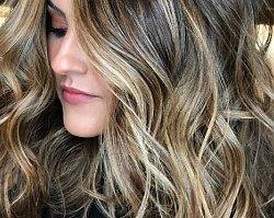 Rozświetlający balejaż w najmodniejszych odcieniach sezonu. Boski efekt na włosach!