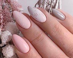 Szron na paznokciach. Najpiękniejszy świąteczny manicure z pyłkiem frost