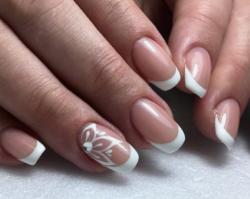 French manicure - klasyczne i eleganckie zdobienie paznokci