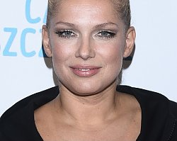 Odchudzona Joanna Liszowska wróciła na ścianki... w samych kozakach i bluzie. Nadal wygląda SEXY?