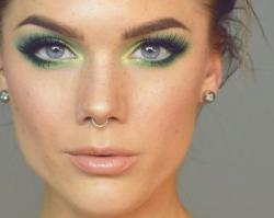Kolorowe smoky eyes - pomysł na modny i oryginalny makijaż