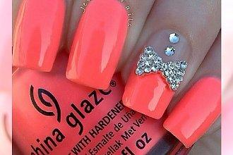 Manicure w kolorze soczystej pomarańczy - idealny, wiosenny wybór!