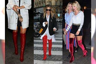 Styl gwiazd - czerwone kozaki za kolano. Rita Ora założyła je do koszuli. Zobacz galerię z inspiracjami!