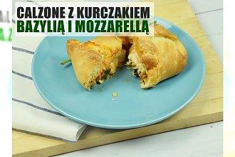 Łatwe i przepyszne calzone z kurczakiem, mozzarellą i bazylią