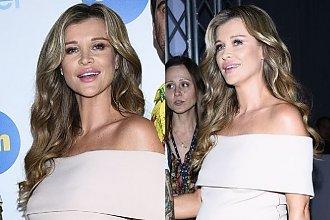 """Joanna Krupa w 7 miesiącu CIĄŻY w obcisłej białej sukience promuje """"Top Model"""". Widać, że poród już niedługo!"""