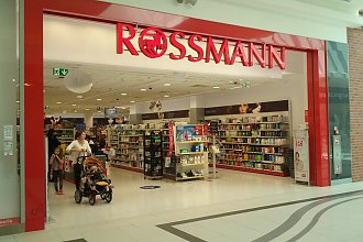 Rossmann zaszalał i odpalił kosmiczne promocje na listopad. Tłumy klientów walą do drogerii, obniżki cen powalają