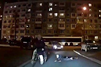 Mama przywiązała swoje dziecko sznurem do roweru, aby za nią nadążało. Mogło zginąć, internauci żądają odebrania praw rodzicielskich