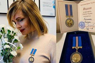 """Weronika Marczuk pozuje z ciążowym brzuszkiem i odbiera honory ,,Medal za Ofiarność i Miłość do Ukrainy"""". Ma już 48 lat"""
