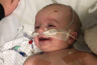 Dziecko budzi się po 7 miesiącach śpiączki i robi coś niesamowitego. Ojciec zalewa się łzami