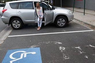 Kobieta parkuje na miejscu dla niepełnosprawnych i dostaje liścik. Treść tylko dla osób o mocnych nerwach