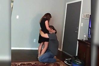 Mąż wrócił do domu i znalazł żonę w szokującej sytuacji. Cały internet zaniemówił