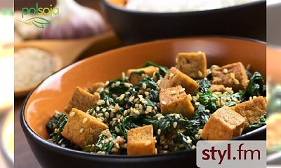 Smażone tofu ze szpinakiem i sezamem
