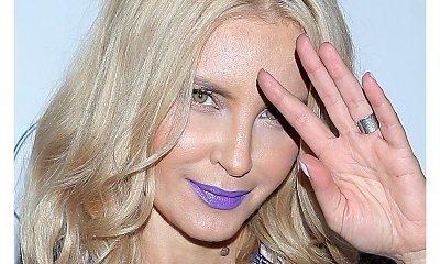 Kto się tak zmienił? Blond włosy i fioletowa szminka. Poznajecie tę gwiazdę?