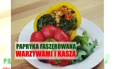 Papryka nadziewana warzywami, kaszą i soczewicą