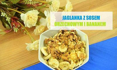 Jaglanka z sosem orzechowym i bananem