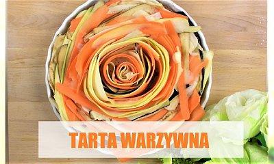 Wyśmienita tarta warzywna w kształcie róży z sosem musztardowym