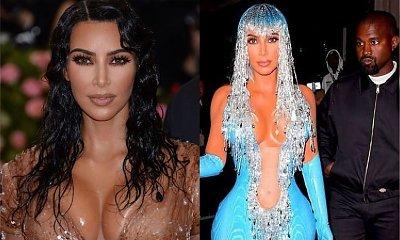 """Kim Kardashian na Met Gali 2019. Najpierw ścisnęła talię i """"ociekała wodą"""", potem przebrała się w LATEKS. Która kreacja jest... GORSZA?"""
