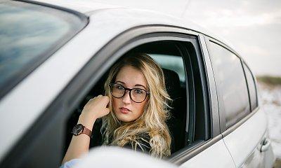 Kobiety lubią nowe, bezpieczne samochody – zobacz, ile dzięki temu oszczędzają w OC!