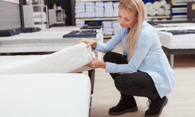 Urządzasz sypialnię? Sprawdź, jak dobrać materac i poduszkę zapewniające wsparcie dla kręgosłupa