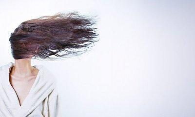 Niemodne i postarzające fryzury! Tego unikaj, jeśli nie chcesz aby przybyło Ci lat!
