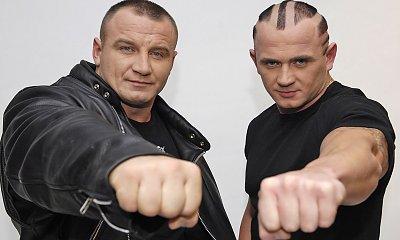 Mariusz Pudzianowski w zaczesanych do tyłu blond włosach. Wygląda jak James Bond!