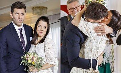 """Ślub Marty i Mikołaja w """"Na Wspólnej""""! Joanna Jabłczyńska w sukni ślubnej w stylu boho, ale jej buty nie każdemu się spodobają"""