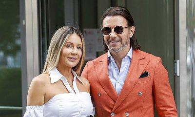"""Małgorzata Rozenek w """"DD TVN"""" i jej futurystyczna stylizacja. Dobrze jej w spodniach z bardzo wysokim stanem i powycinanej koszuli?"""