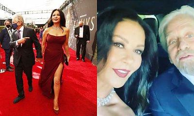 Emmy 2021: Catherine Zeta-Jones w bordowej gorsetowej sukni z rozcięciem. Fani patrzą na twarz: Pięknie się starzeje?