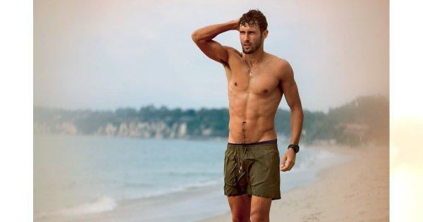 Noah Mills na plaży