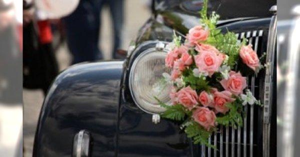 Dekoracja samochodu ślubnego