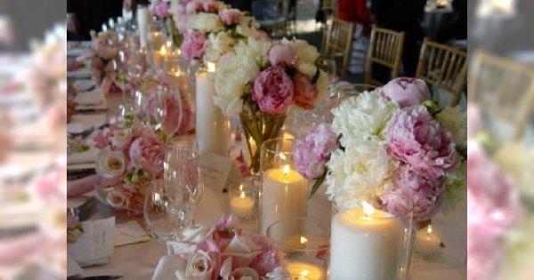 Świece na stole weselnym