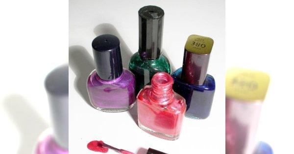 Jak usunąć plamę po lakierze do paznokci?