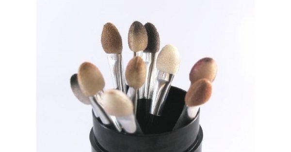 Jak czyścić pędzle i gąbki do makijażu?